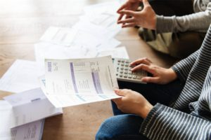 couple-calculating-the-invoice